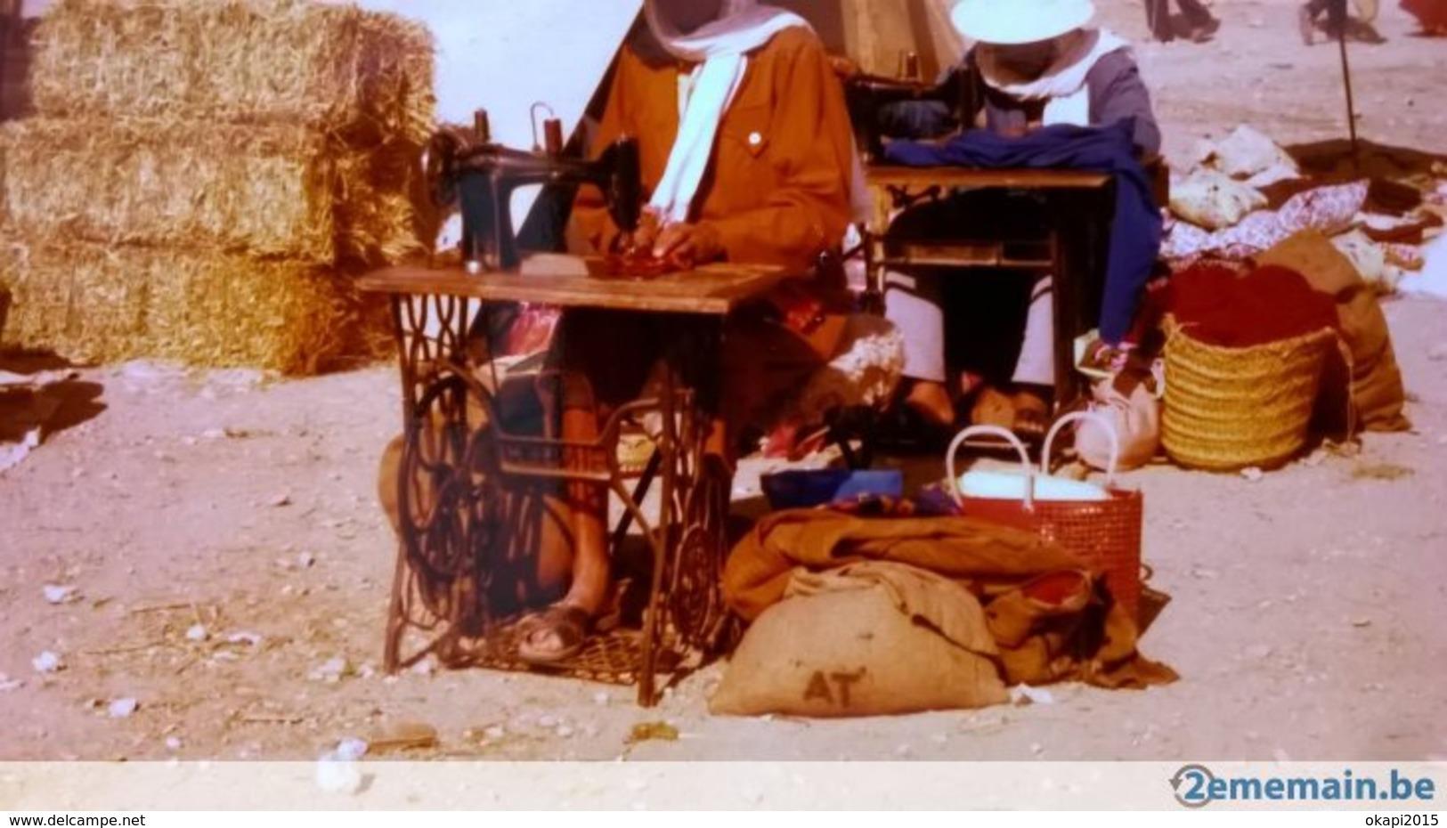 MACHINE À COUDRE À PEDALE LOT 2 PHOTOS ORIGINALES TOURISTES EN TUNISIE SANS DOUTE EN 1978 - Objets