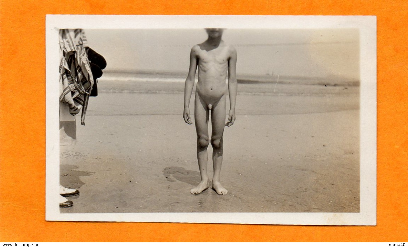 PHOTO - NATURISTE - NATURISME SUR LA PLAGE - JEUNE GARCON NU EN BORDURE DE MER - Personnes Anonymes