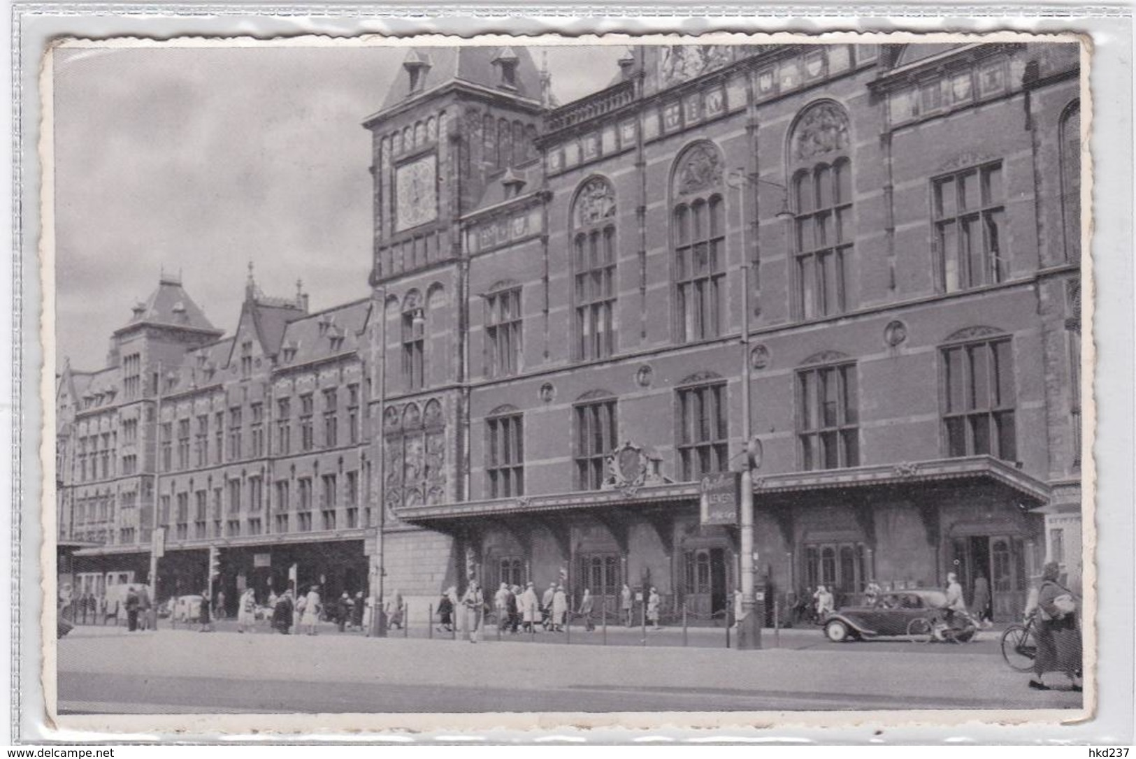 Amsterdam Centraal Station Levendig Oude Auto's.   1344 - Amsterdam