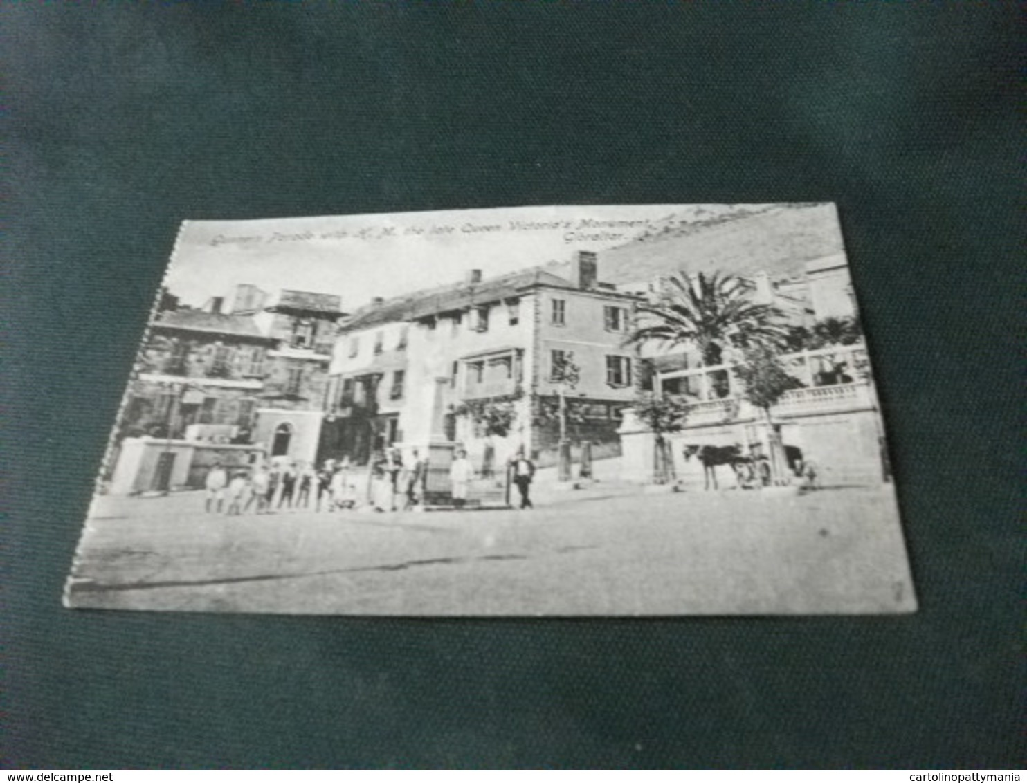GUNNERS PARADE WITH H. M. THE LATE QUEEN VICTORIA'S MONUMENT GIBRALTAR MOVIMENTATA PICCOLO FORMATO - Gibilterra