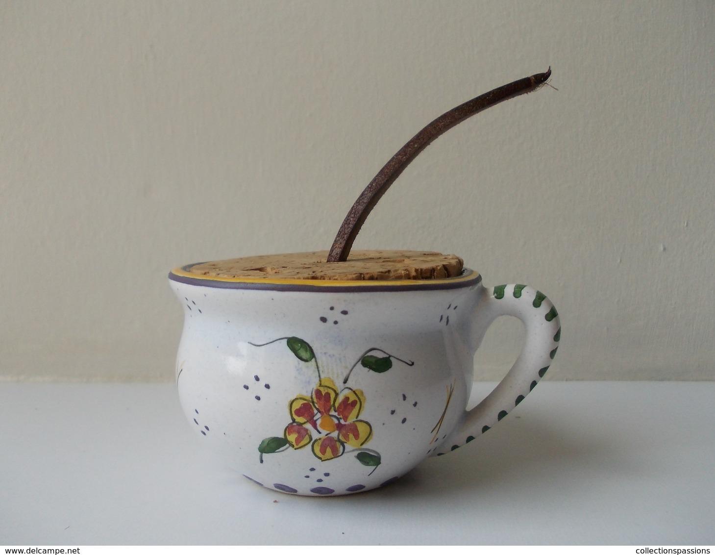 Tabatière En Céramique En Forme De Pot De Chambre, Pour Le Tabac à Priser - Boites à Tabac Vides