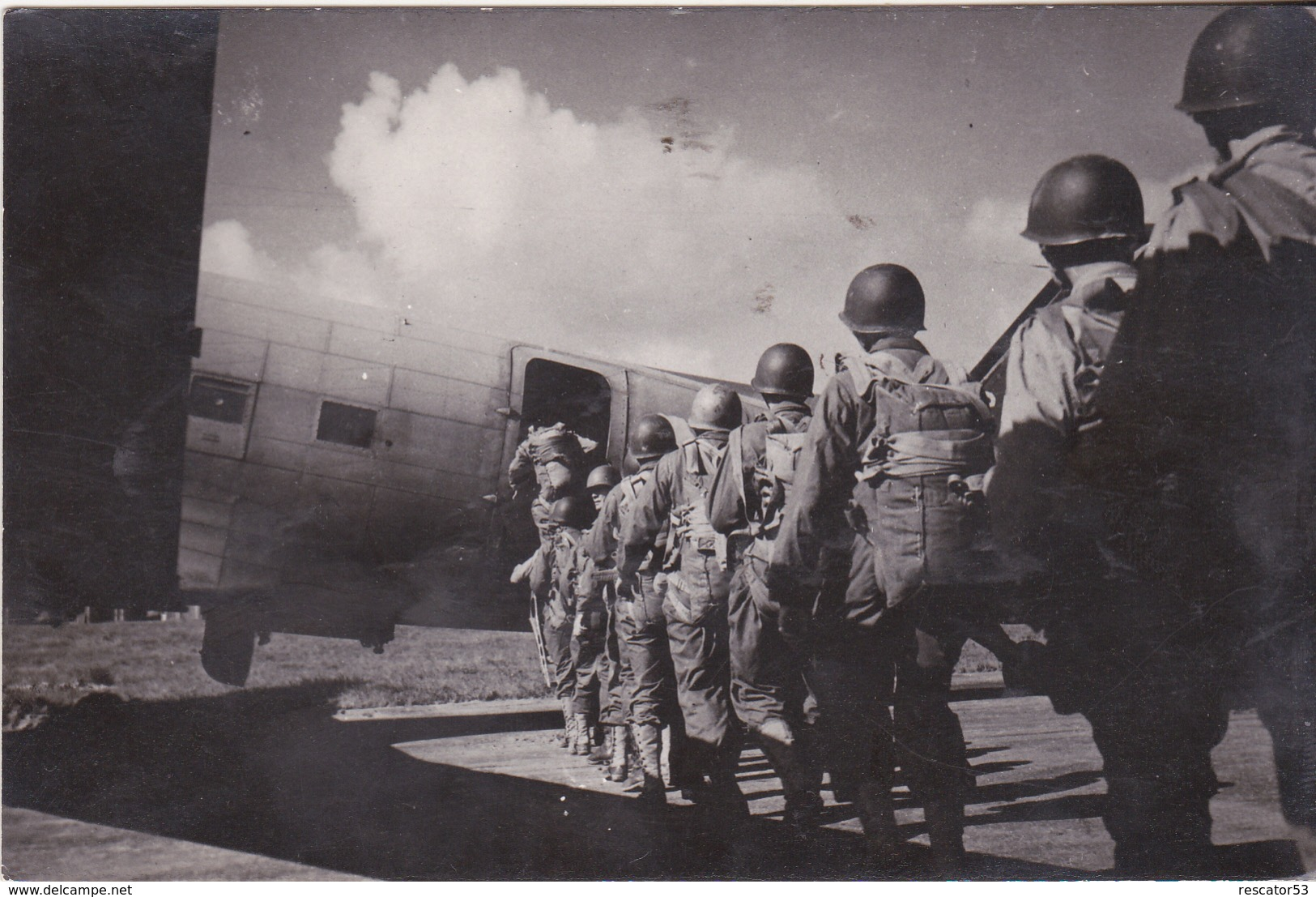 Rare Cpa  Parachutistes Montant Dans Dakota - 1939-45