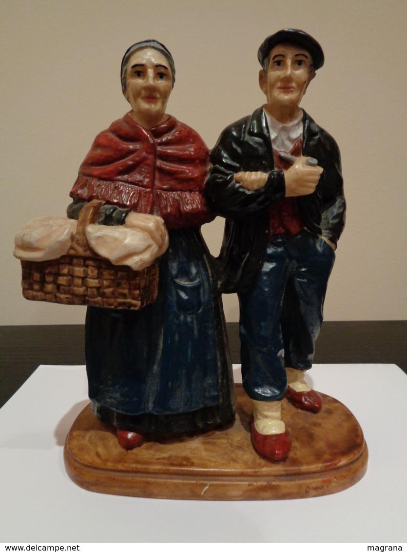 Pareja De Abuelos Tradicionales Sosteniendo Un Cesto Y Fumando Con Pipa. - Esculturas