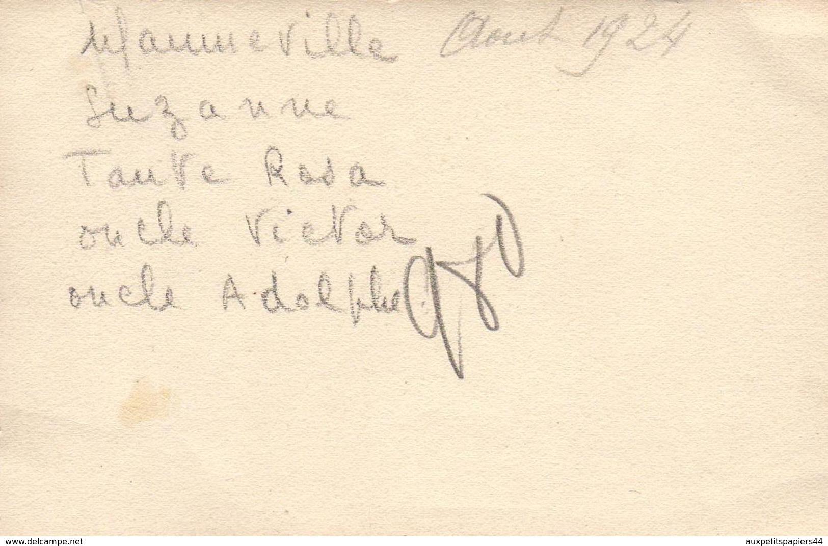 Photo Originale La Vie Du Banc Devant Une Vitrine De Commerce - Aumeville-Lestre ? - Suzanne, Rosa, Victor Adolphe 1924 - Personnes Identifiées