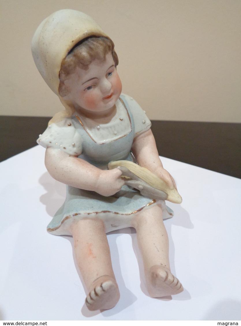 Muñeca De Porcelana Biscuit. Niña Con Gorro, Sentada Con Unas Tijeras. - Cerámica Y Alfarerías