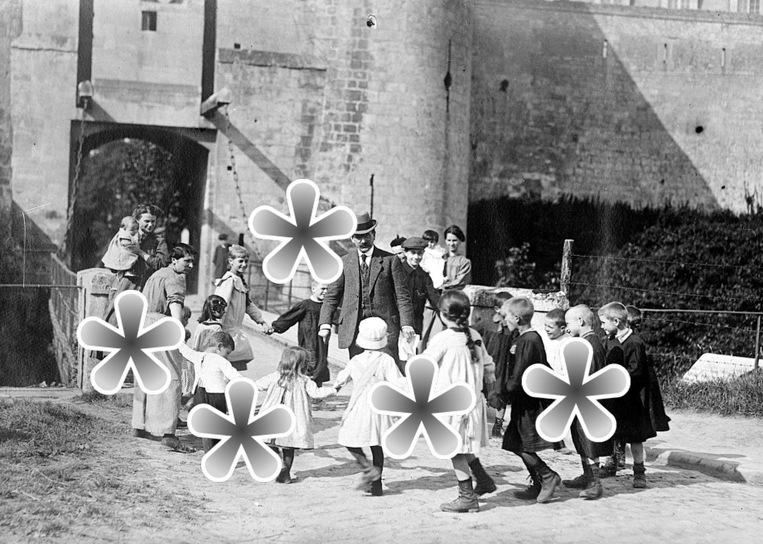 1 PHOTO(RETIRAGE)  AOUT 1918 CAEN CALVADOS 14 ORPHELINS AU CHATEAU DE CAEN POUR L'ETE - Reproductions