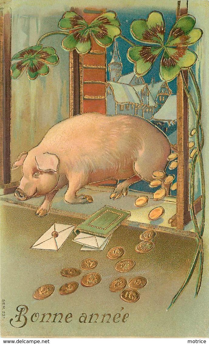 BONNE ANNÉE - Cochon Et Trèfle, Thème De La Chance.(carte Gaufrée) - Cochons