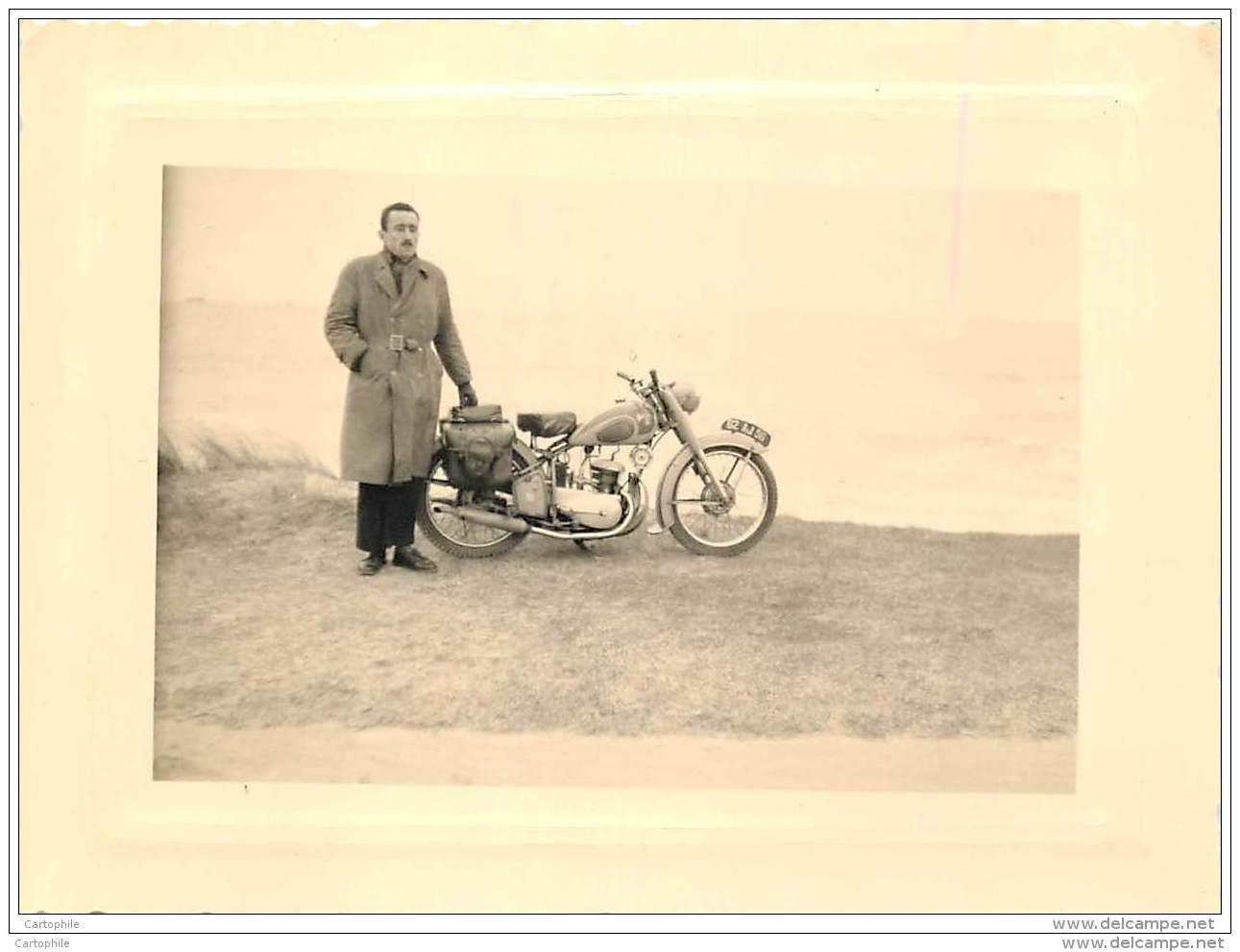 Photo D'une Moto Et Motocycliste Prises En Bretagne A Kerpathe (?) En 1955 - Places