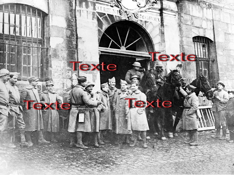 1 PHOTO(RETIRAGE) MARS 1917 LUNEVILLE 54 MEURTHE ET MOSELLE SOLDATS FRANCAIS ITALIENS ET AMERICAINS A L'ECURIE.. - Reproducciones