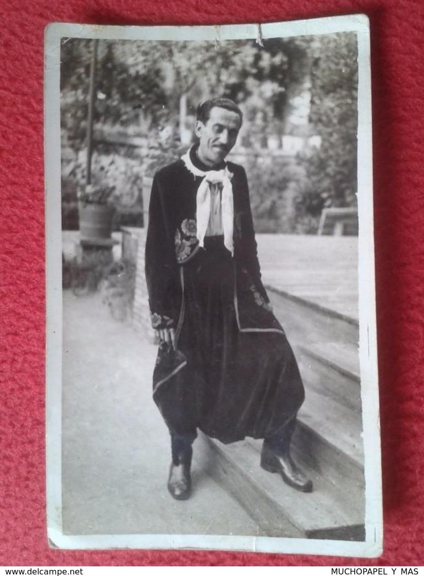 POSTAL POST CARD FOTOGRÁFICA CARTE POSTALE SEÑOR HOMBRE EN ESCALERA VESTIDO DE NEGRO CON PAÑUELO, GITANO ? GIPSY ? VER F - Fotografía
