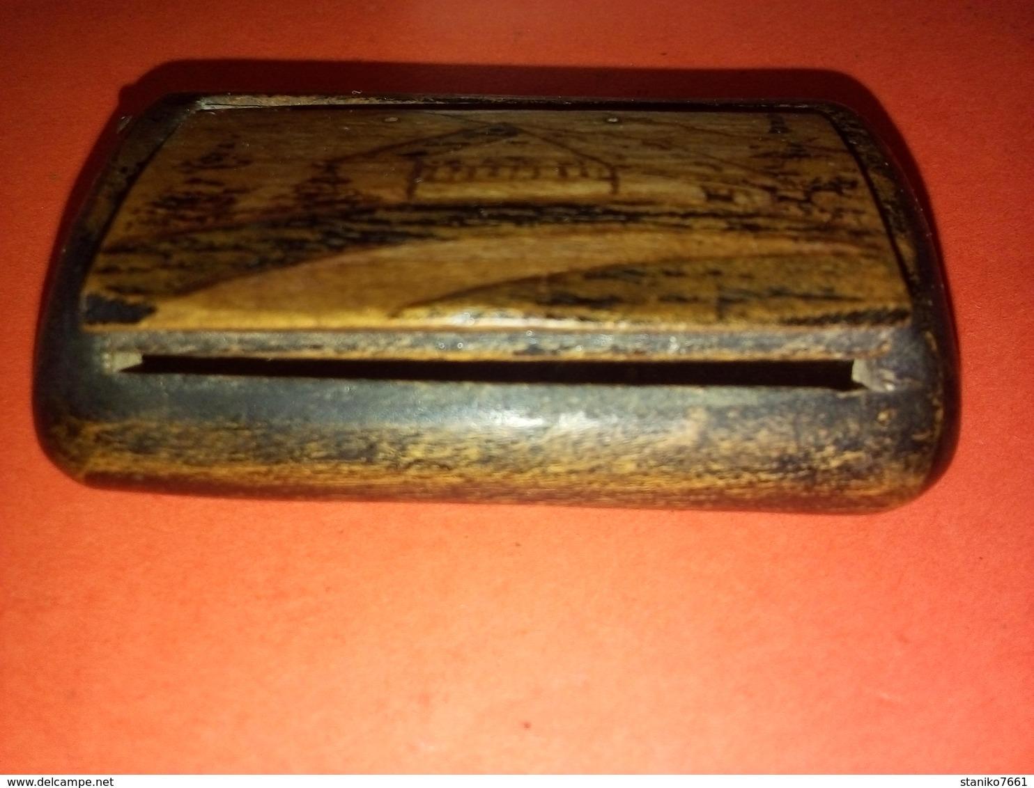 SUPERBE ANCIENNE BOITE A PRISER EN BOIS MOTIF CHALET  à Datée Non Nettoyée - Boites à Tabac Vides