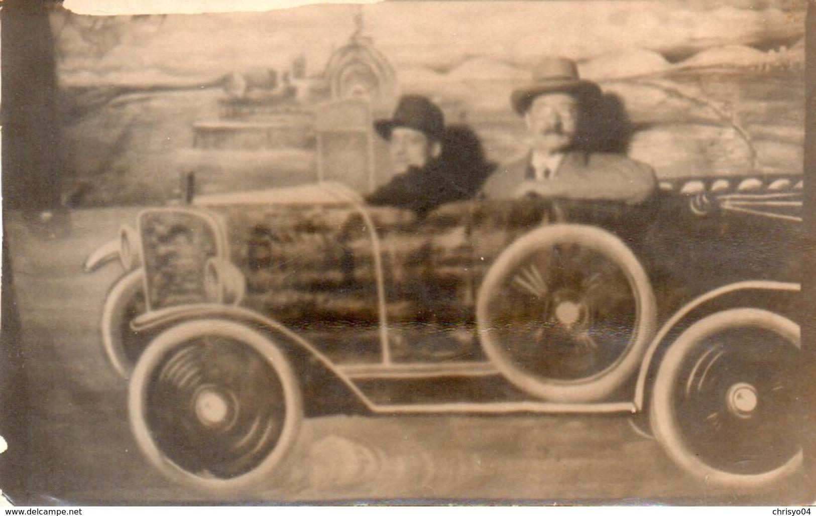 86Mrn  Carte Photo Montage Surréalisme Deux Hommes Dans Automobile Tacot - Voitures De Tourisme