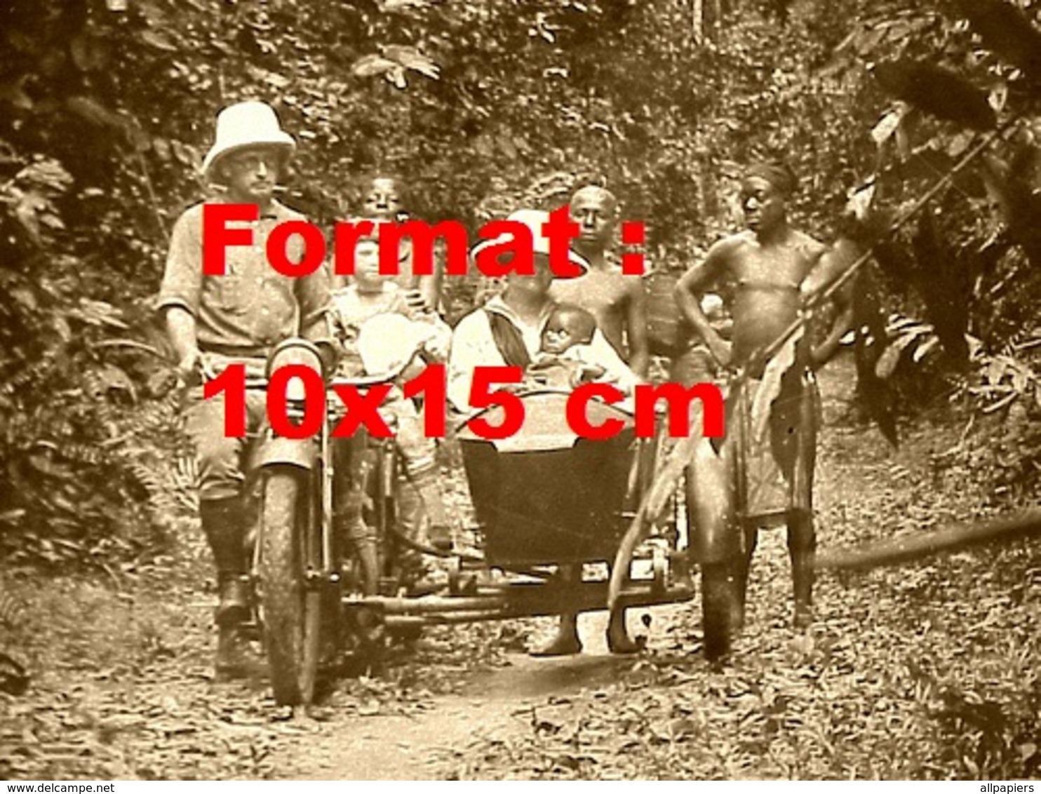 Reproduction D'une Photographie Ancienne D'un Couple D'explorateur Et Indigènes Près D'une Moto Side-car - Reproductions
