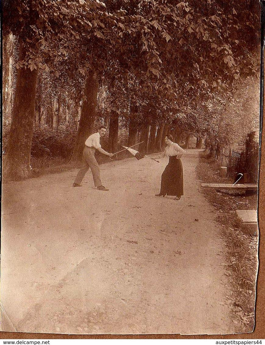 Terrible Tirage Photo Albuminé - Duel D'escrime, Parapluie Contre Canne En Forêt - Duel Homme/Femme Sans Pitié En 1915 - Personnes Anonymes