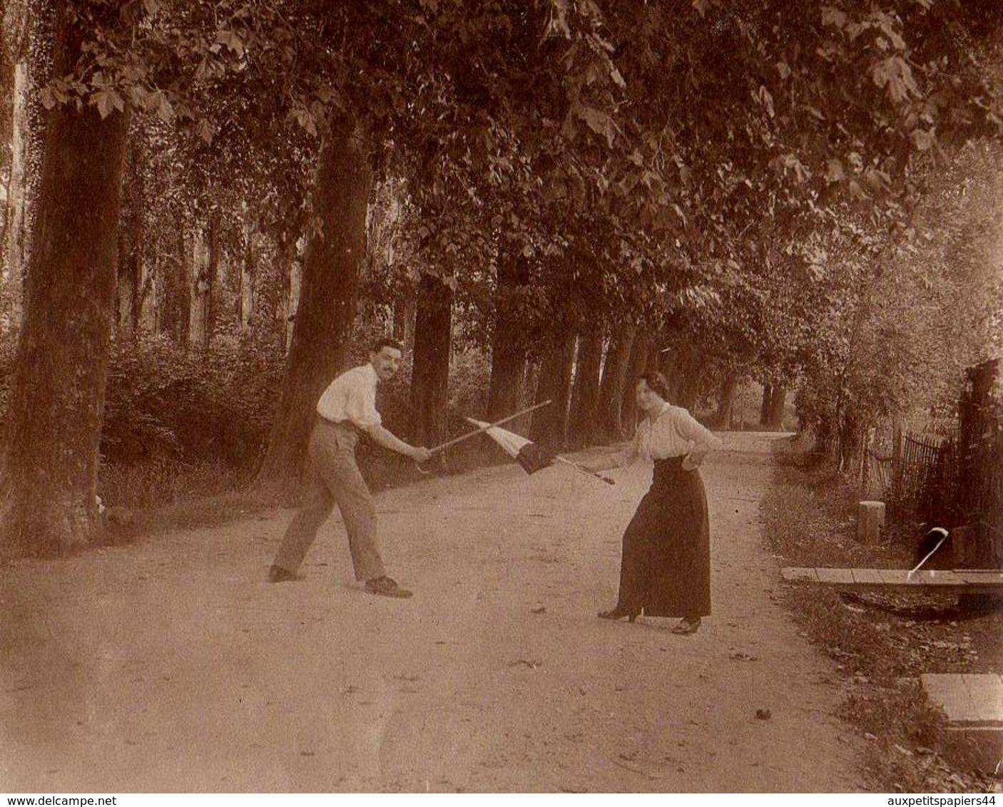 Terrible Tirage Photo Albuminé - Duel D'escrime, Parapluie Contre Canne En Forêt - Duel Homme/Femme Sans Pitié En 1915 - Anonymous Persons