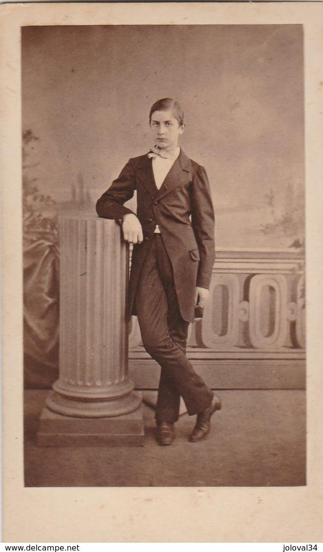 Photo Carte De Visite N° 17 - Jeune Homme En Costume Debout - Anciennes (Av. 1900)