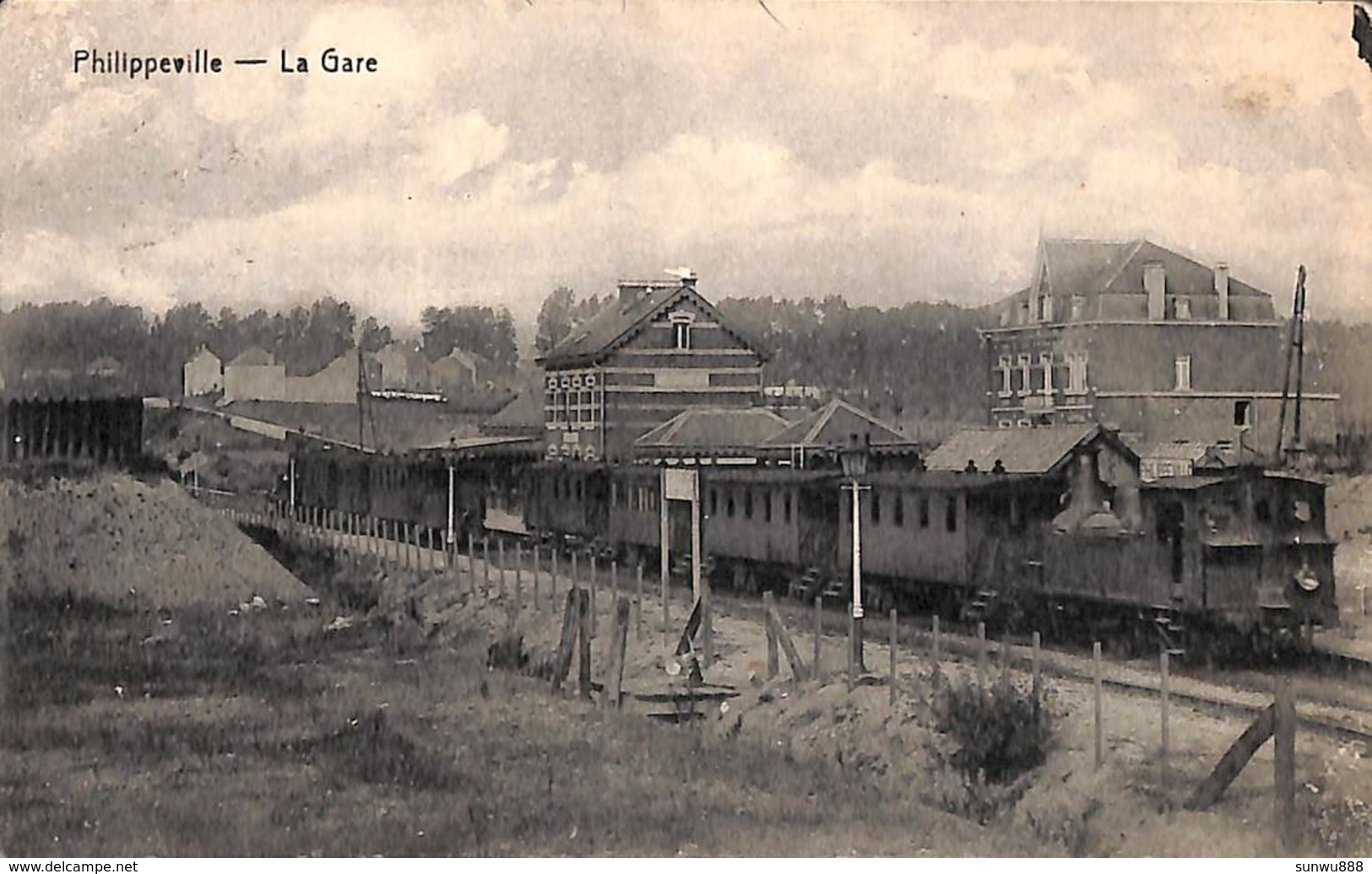 Philippeville - La Gare (animée, Train En Gros Plan, Desaix) - Philippeville