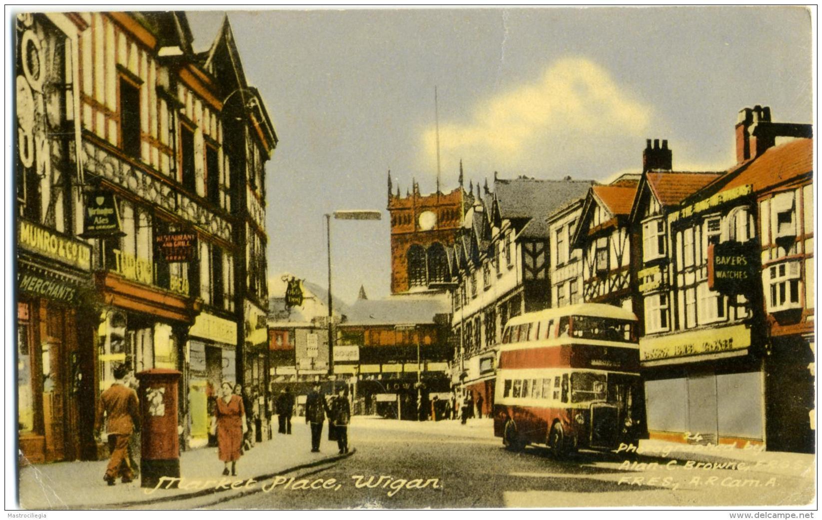 REGNO UNITO  LANCASHIRE  WIGAN  Market Place  Bobbies Policemen  Autobus  Photo Alan C. Browne - Inghilterra