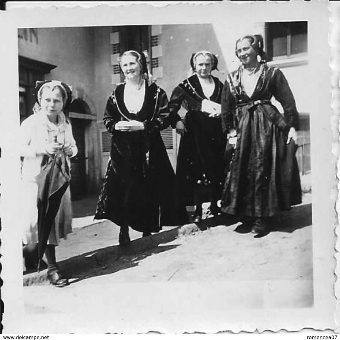 PEISEY-NANCROIX (Savoie) - FEMMES En FÊTE Dans Les RUES (2) - Lot De 3 Photographies - Pâques 1939 - FOLKLORE - A Voir ! - Places