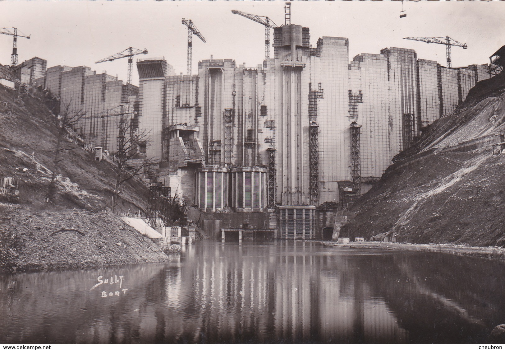 19. BORT LES ORGUES. LE BARRAGE DE BORT EN CONSTRUCTION. VUE D'AMONT. - Autres Communes
