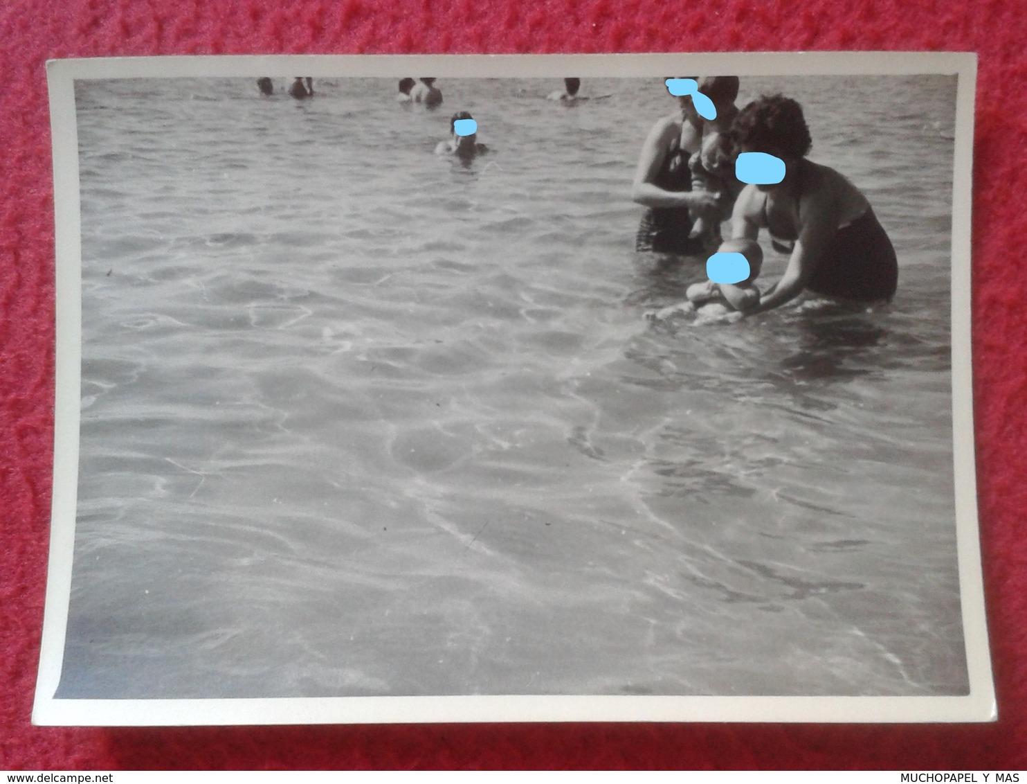 ANTIGUA FOTOGRAFÍA FOTO OLD PHOTO PLAYA MAR SEA PLAGE ? GRUPO DE PERSONAS EN EL AGUA BAÑISTAS SPAIN ? PORTUGAL ? VER FOT - Personas Anónimos