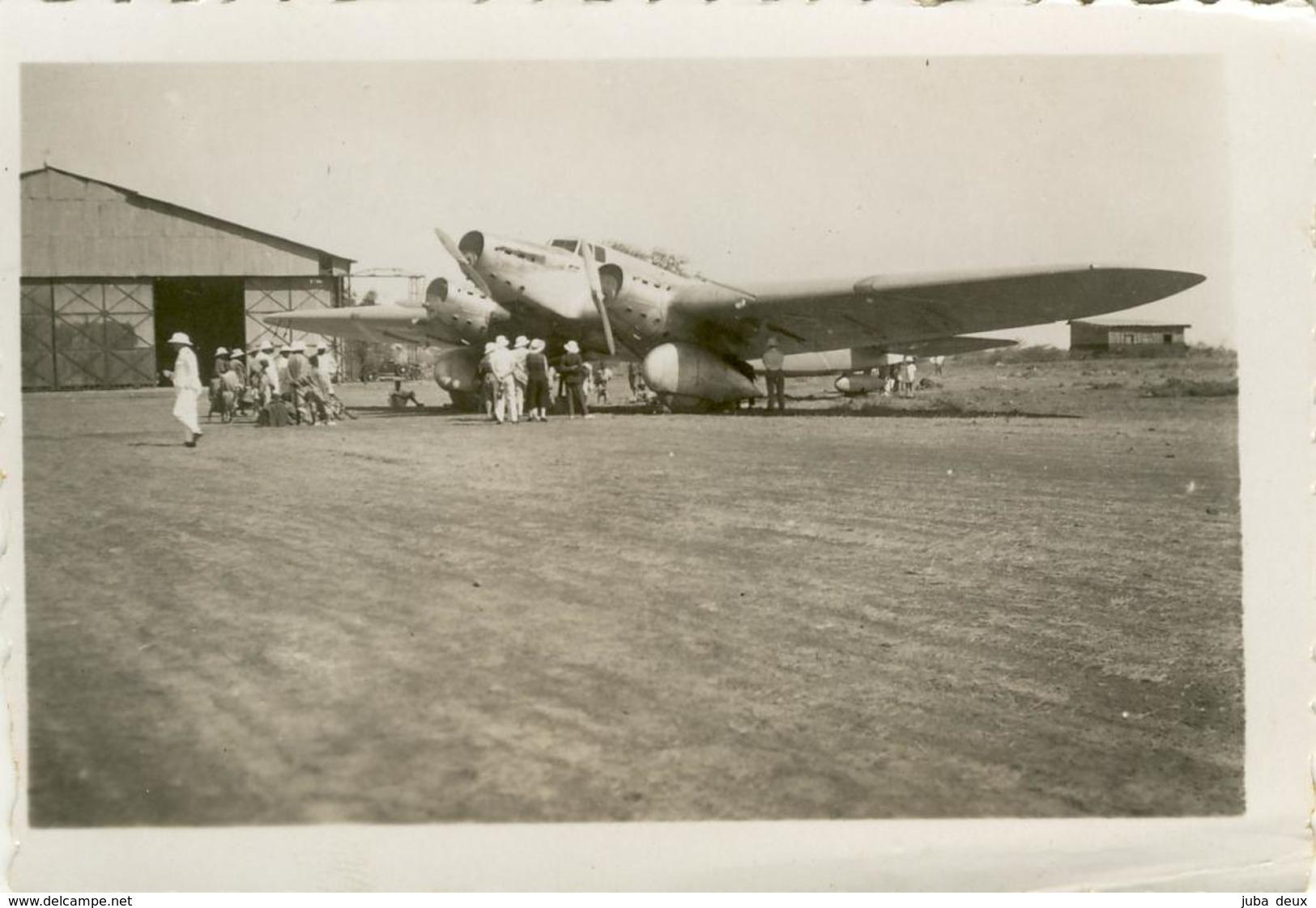 MERMOZ , à Dakar .   L'avion ARC EN CIEL Au Sol  .   SUPERBE Et RARE . Belle Animation , Casques Coloniaux ! - Aviation