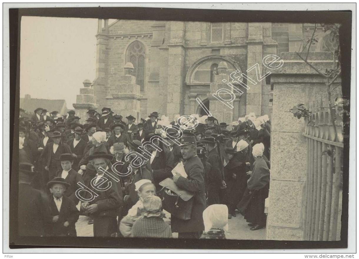Bretagne . Finistère . Plounéour-Trez . Sortie De La Messe . 1900 . - Photographs
