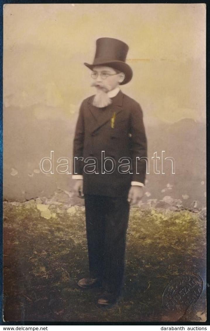 Cca 1910-1920 A Kis öregúr, Jelmezbe öltöztetett Kisfiú, Színezett Fotólap, Record Fotószalon Kőbánya, 13,5×8,5 Cm - Andere Sammlungen