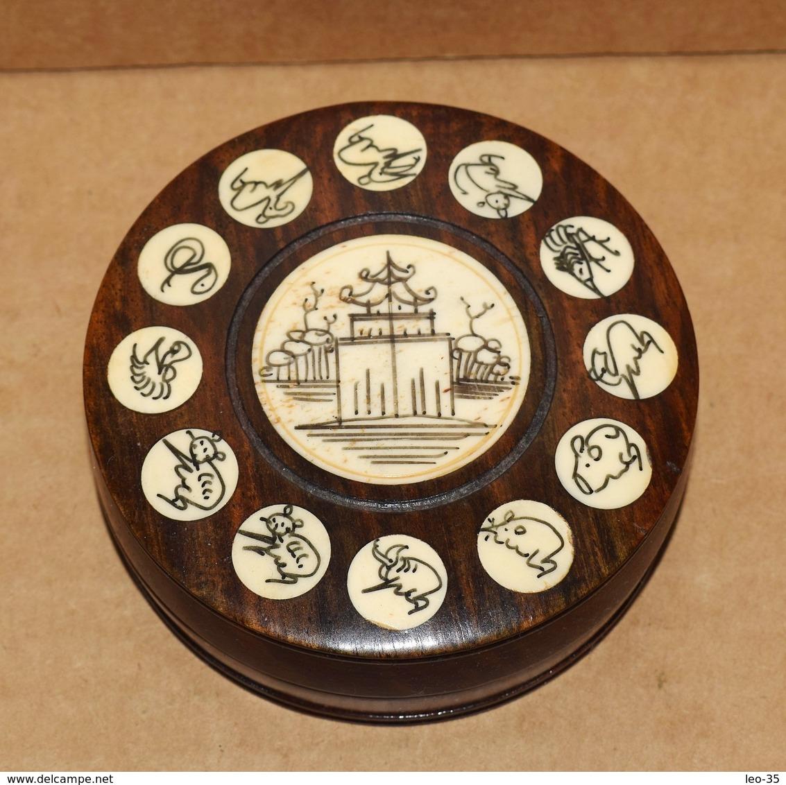 Petite Boussole En Bois Et Os Chinois Décor Signe Du Zodiac - Other Collections