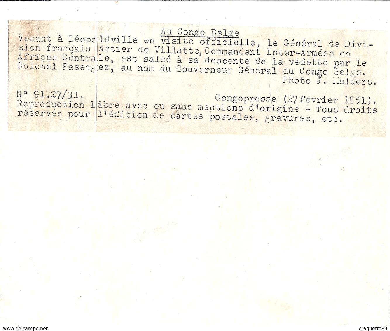AU CONGO BELGE-A LEOPOLDVILLE LE Gal DEDIVISION FRANCAIS ASTIER DE VILLATTE EST SALUE PAR LE COL. PASSAGEZ - - Guerre, Militaire