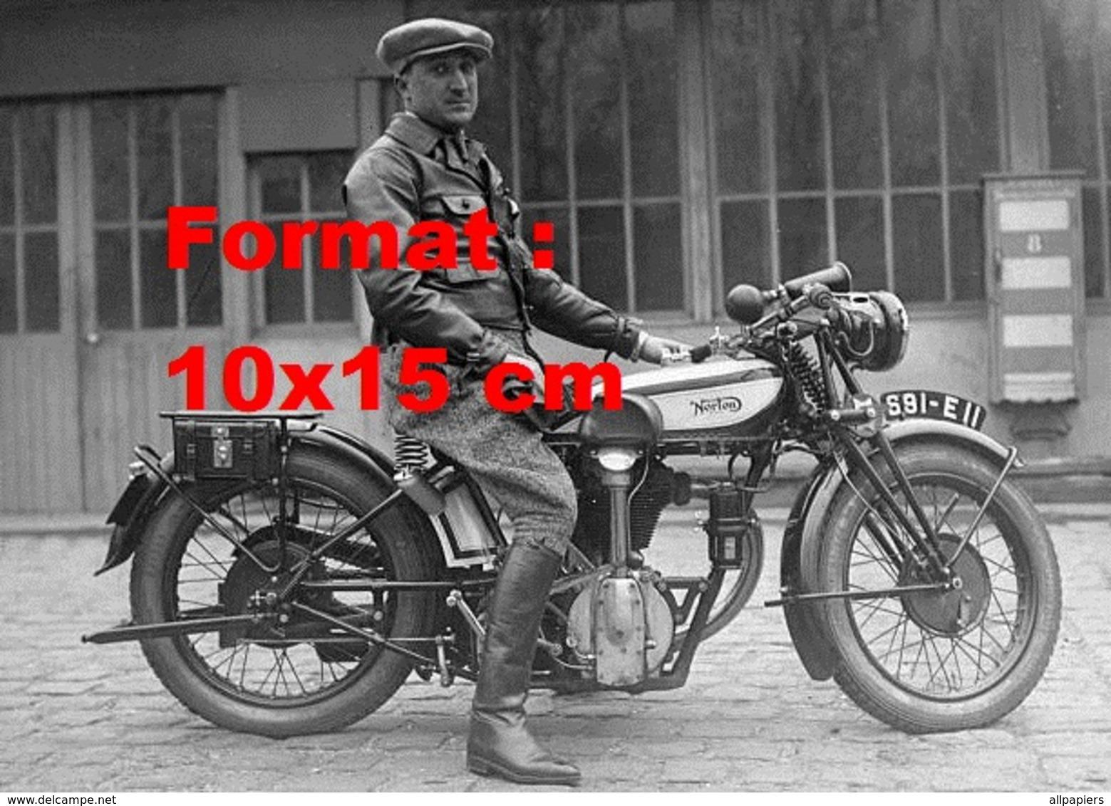 Reproduction D'une Photographie Ancienne D'un Homme Sur Une Ancienne Moto Norton En 1940 - Reproductions