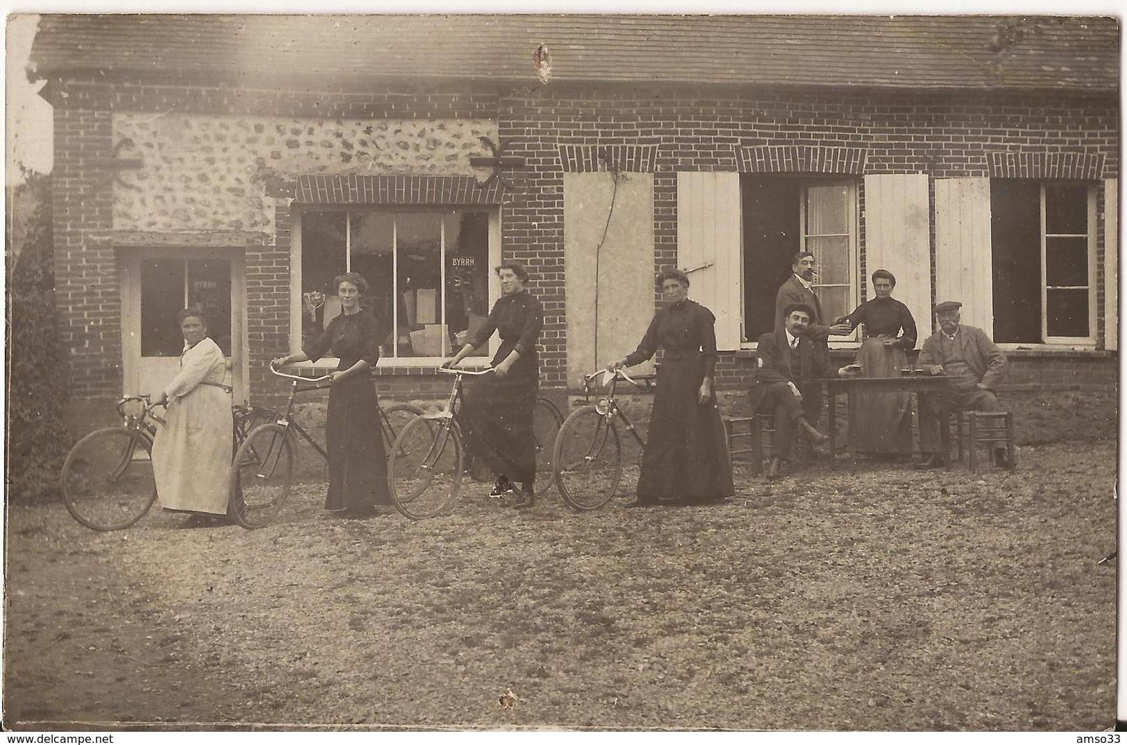 9590. CPA PHOTO A IDENTIFIER FEMMES ET VELOS DEVANT UN CAFE BAR - Postales