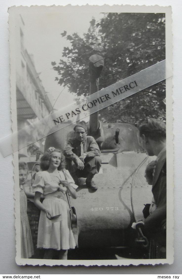 Libération WW2 Jolie Jeune Fille Avec Soldat Militaire Char Tank  Photo Originale Amateur - Guerre, Militaire