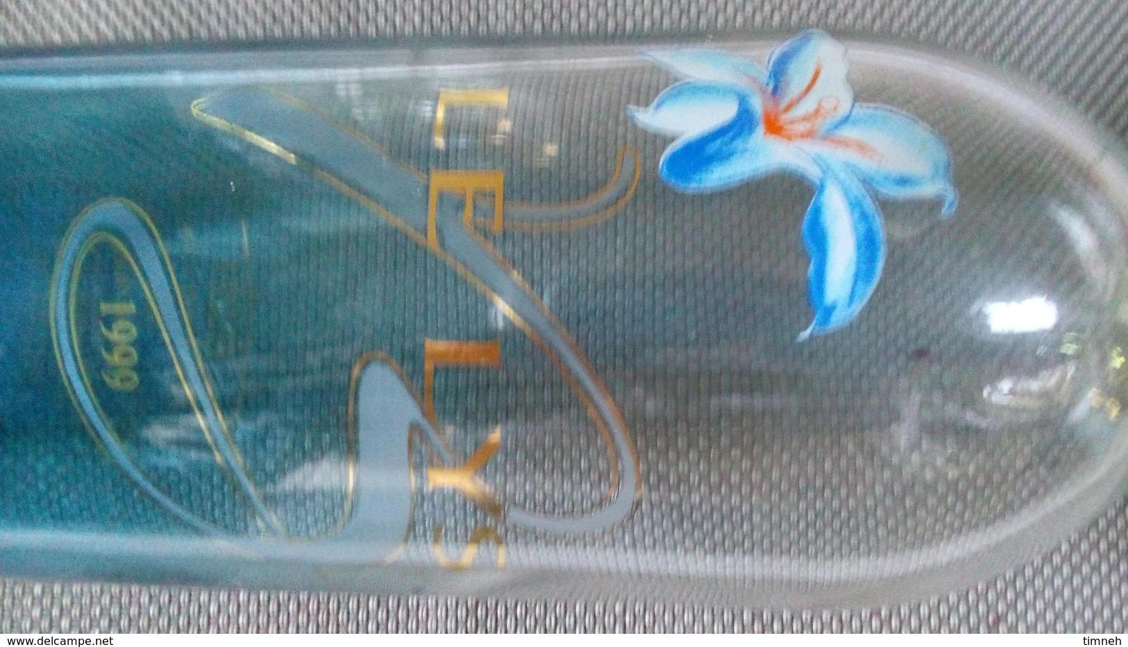 BOUTEILLE DE VIN (vide) Collector 1999 LE LYS - VIGNERONS DE BUZET - VERRE Bleuté & FLEUR - 32cm - 590g - Vin