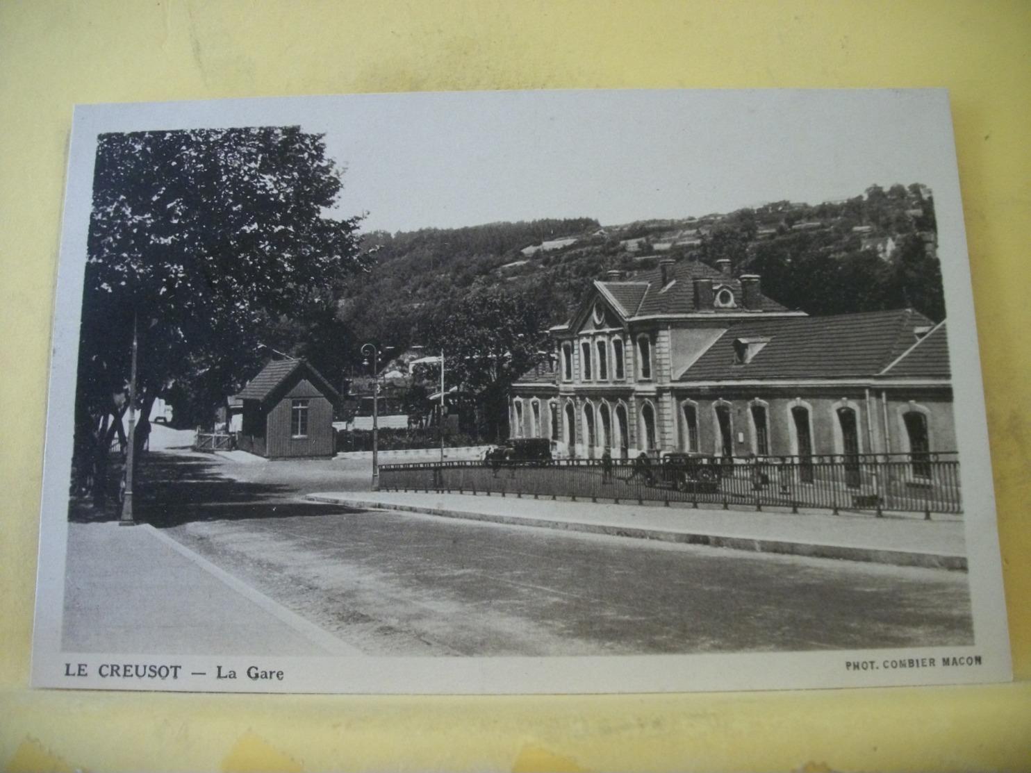 L11 4867 CPA 1939 - 71 LE CREUSOT. LA GARE - ANIMATION. AUTOS - Le Creusot