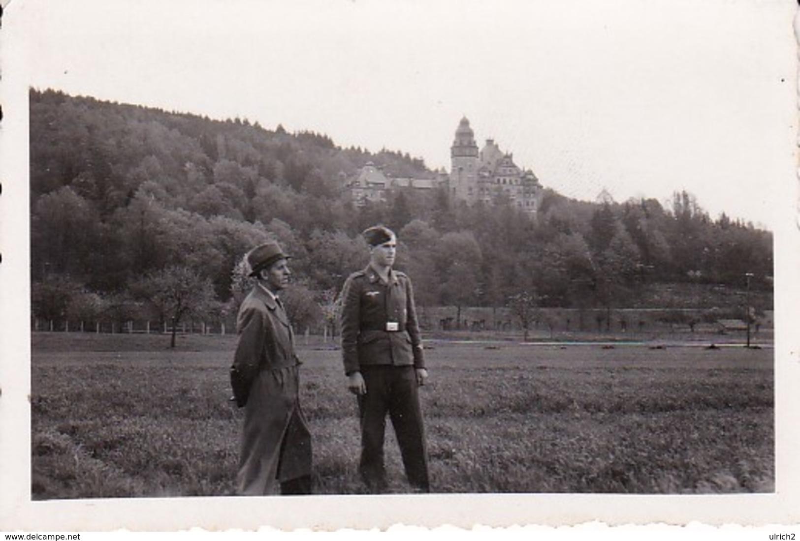 Foto Deutscher Soldat Mit Zivilist Vor Altem Schloß - 2. WK - 8*5,5cm  (37663) - Krieg, Militär