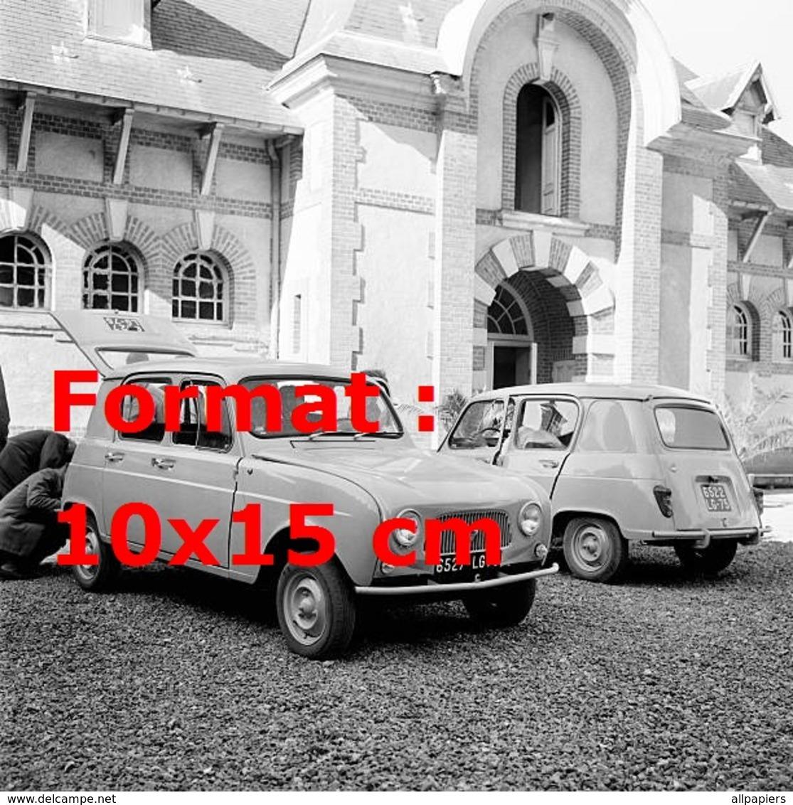 Reproduction D'une Photographie Ancienne De Deux Renault 4L En 1961 - Reproductions