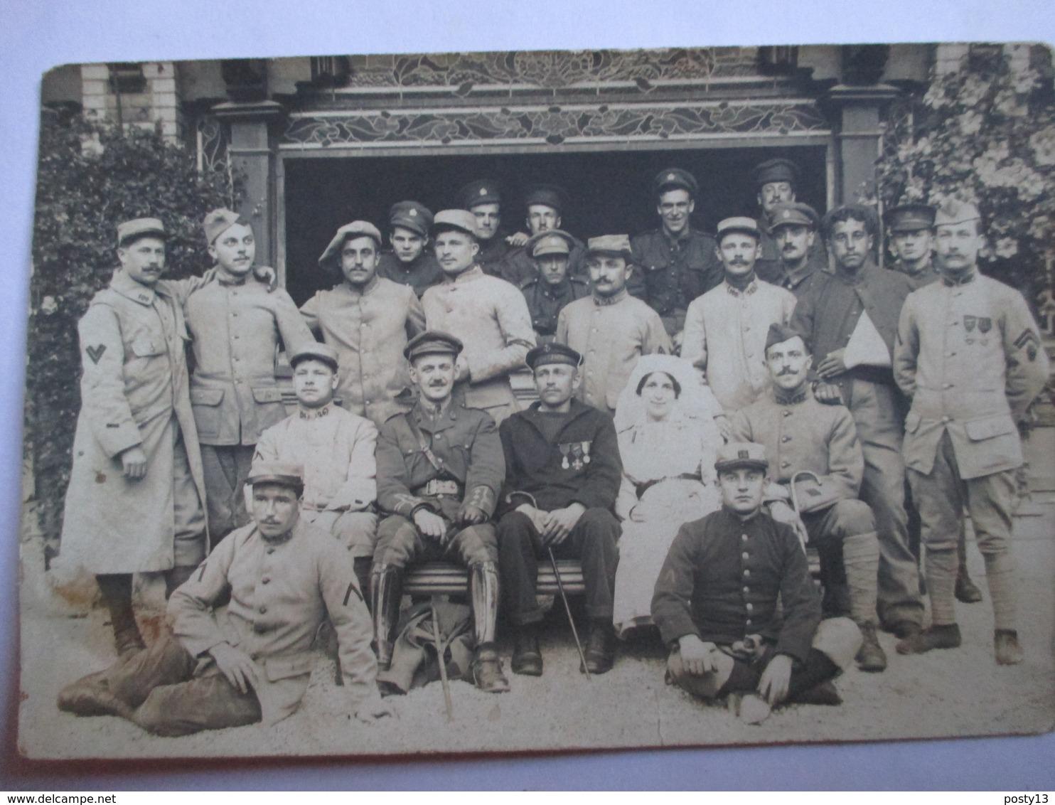 Carte Photo Groupe De Convalescents Avec Infirmière - Militaires Différents Pays - Nombreux Médaillés - Voir Photos - TB - Guerre 1914-18