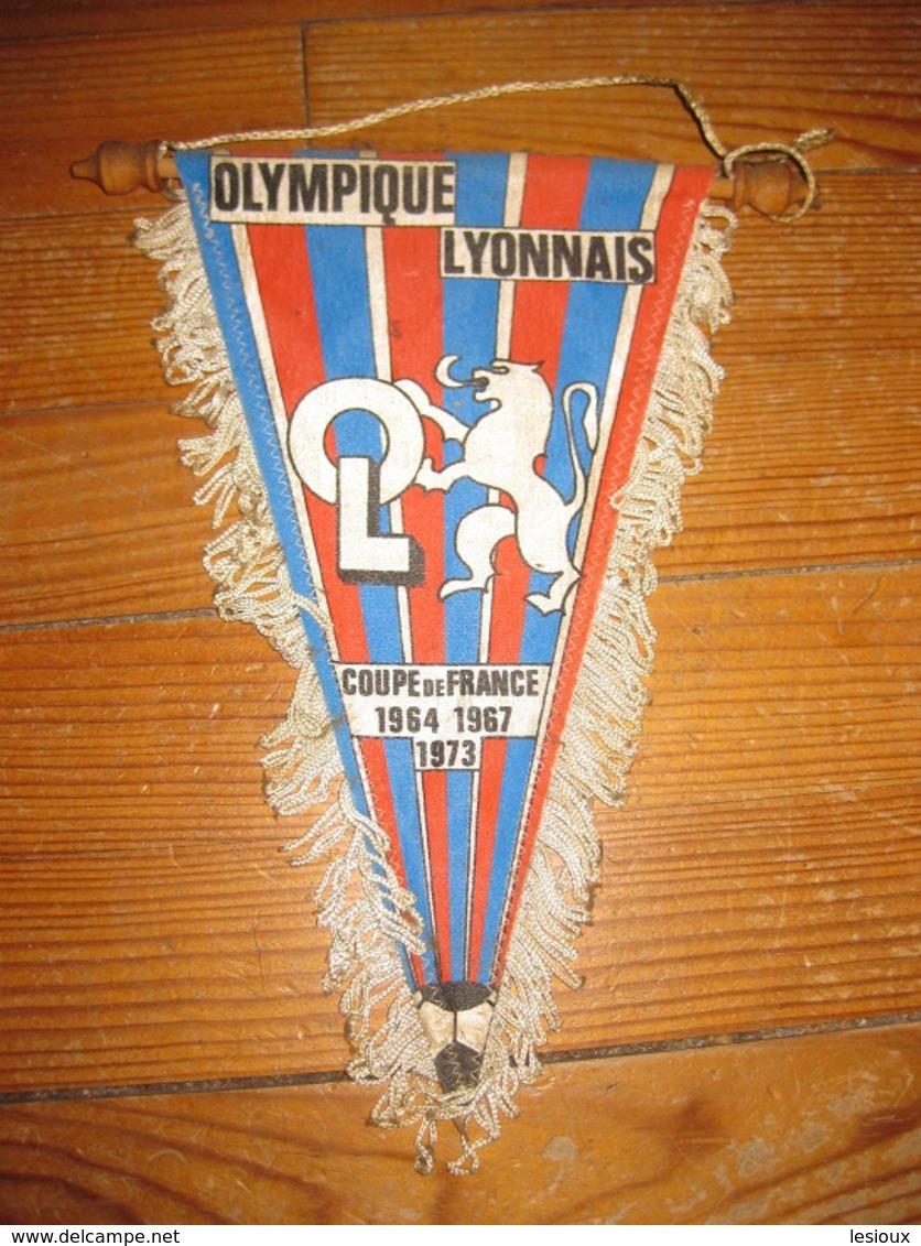 F216 ANCIEN FANION DE FOOT FOOTBALL ANNEES 70-80 O.L OLYMPIQUE LYONNAIS 1973 21X27 CM - Kleding, Souvenirs & Andere