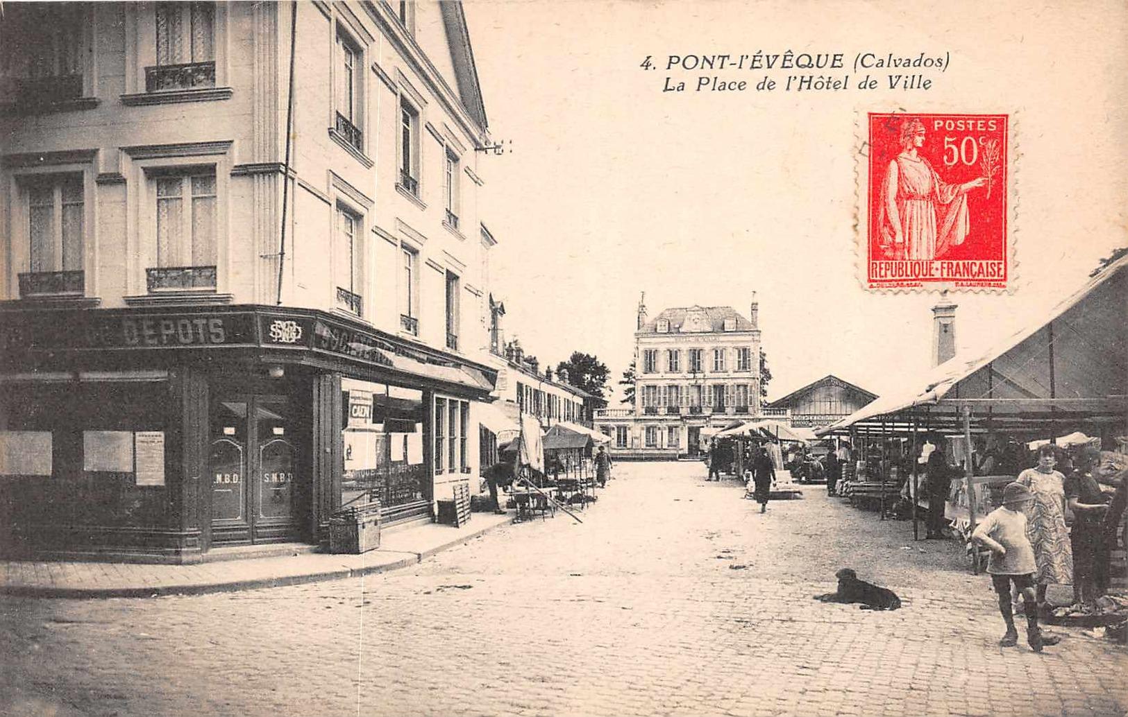 PONT L'EVEQUE  - La Place De L'Hotel De Ville  ( Marché ) - Pont-l'Evèque