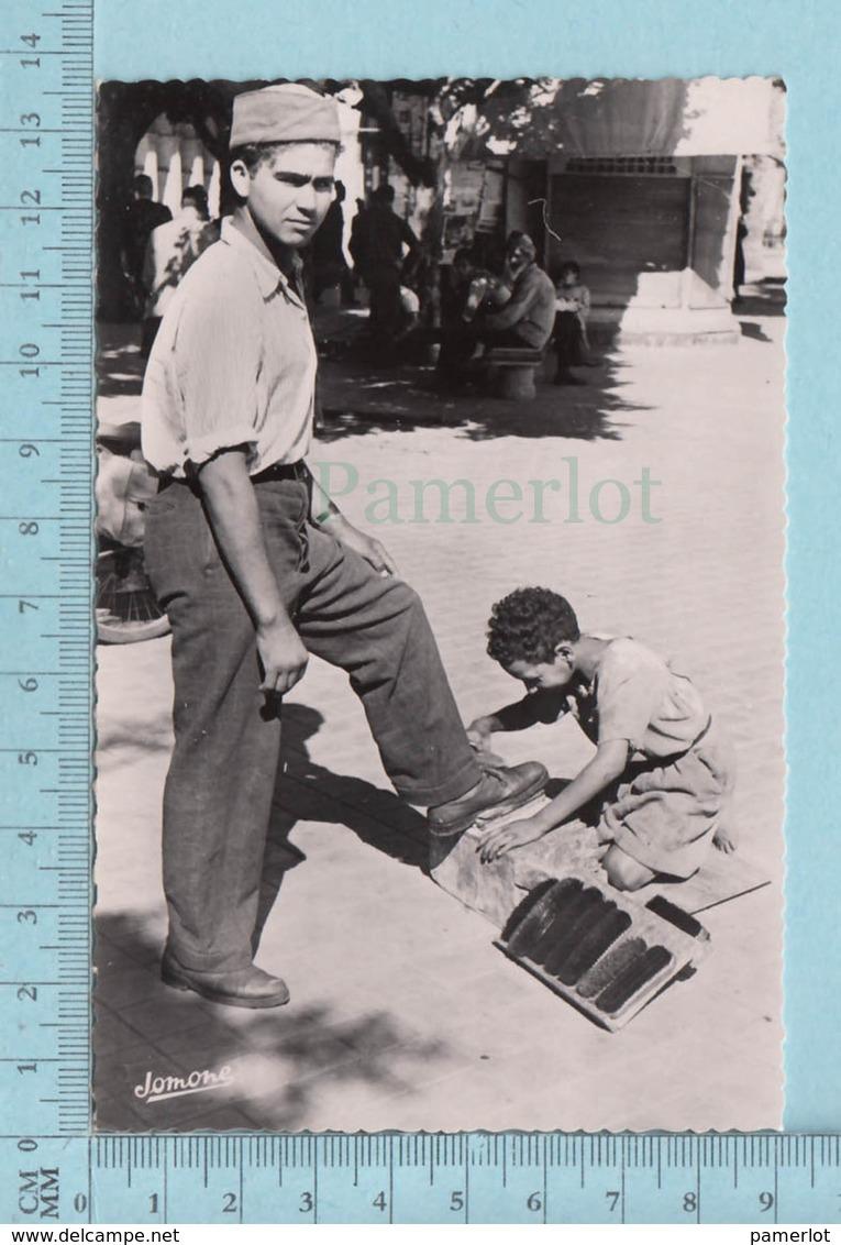 Algerie - Alger, Vraie Photo,  Calot Militaire  Algerien, Porté Par Un  Jeune Homme Faisant Cirer Ses Souliers - Algérie