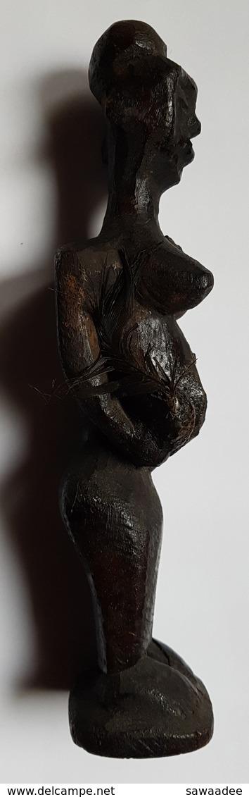 STATUE - AFRIQUE - ETHNOLOGIE - FEMME - FETICHE - A IDENTIFIER - HAUTEUR 21 CM - PATINE NOIRE - PLUMES - XX° - Arte Africano