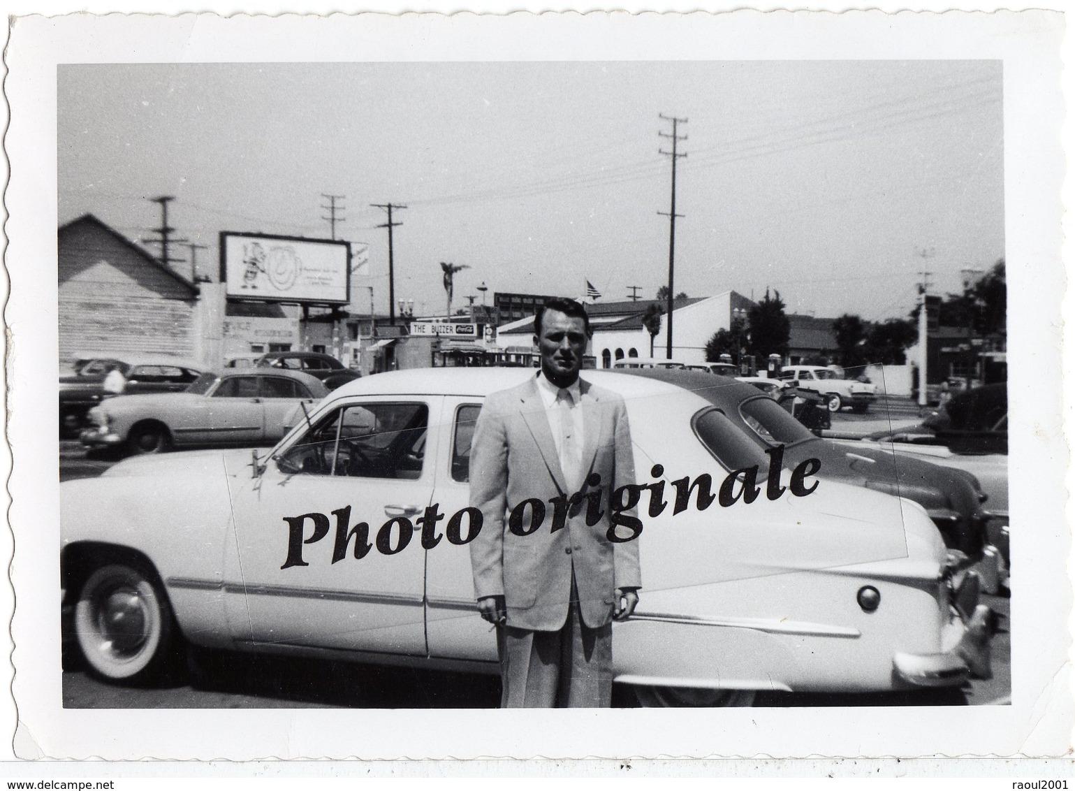 Voitures Automobiles Autos Cars - Photo Originale Américaine US Car - Coupé FORD Custom - Homme à Los Angeles En 1955 - Automobiles