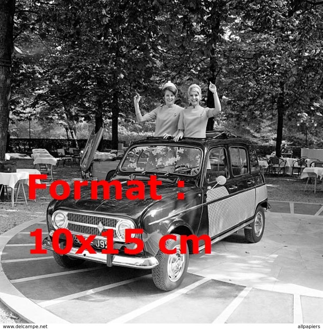 Reproduction D'une Photographie Ancienne De Deux Hôtesses Dans La Nouvelle Renault 4 En 1967 - Reproductions