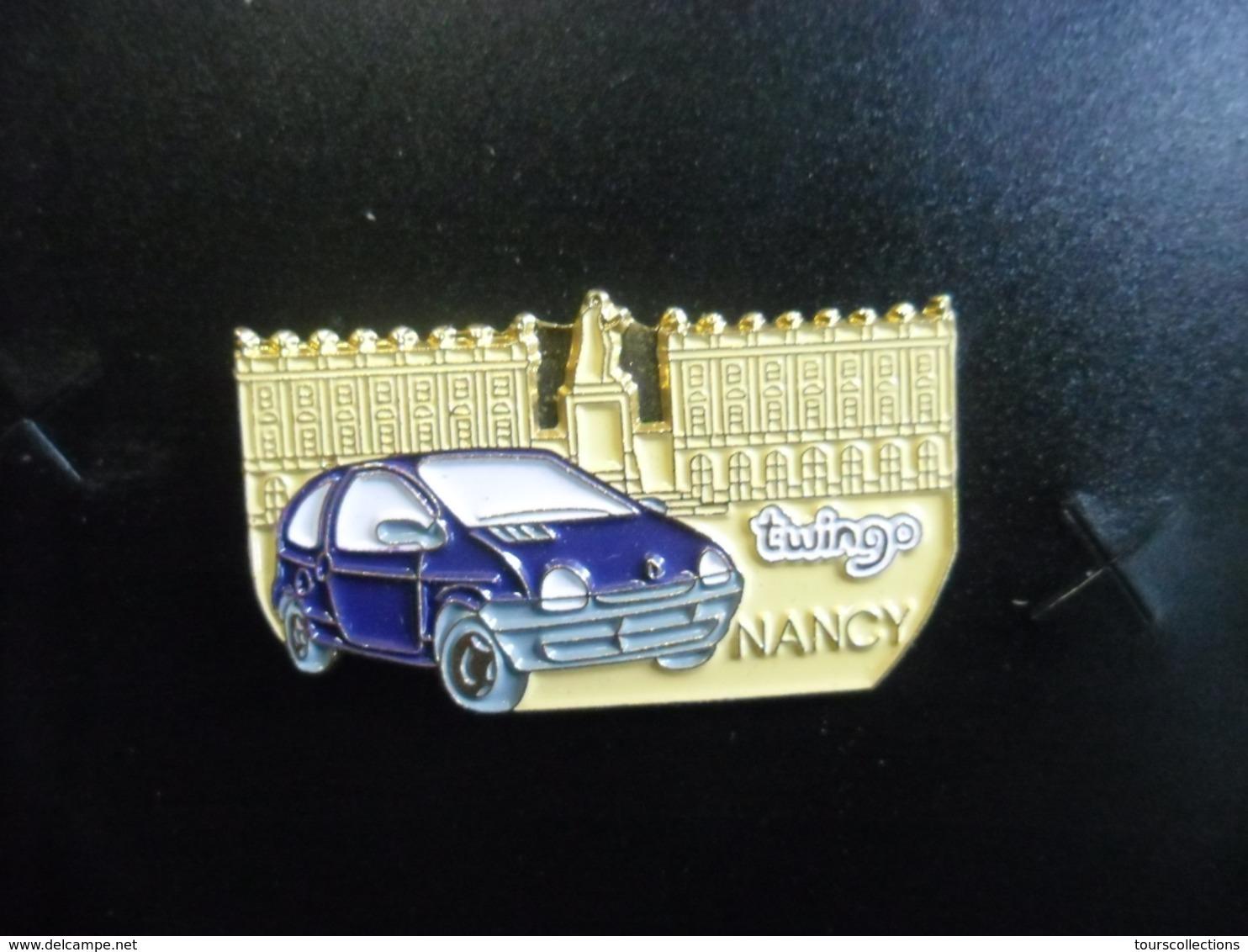 PIN'S RENAULT TWINGO Bleu à Nancy (54) Place Stanislas @ 31 Mm X 18 Mm - Renault