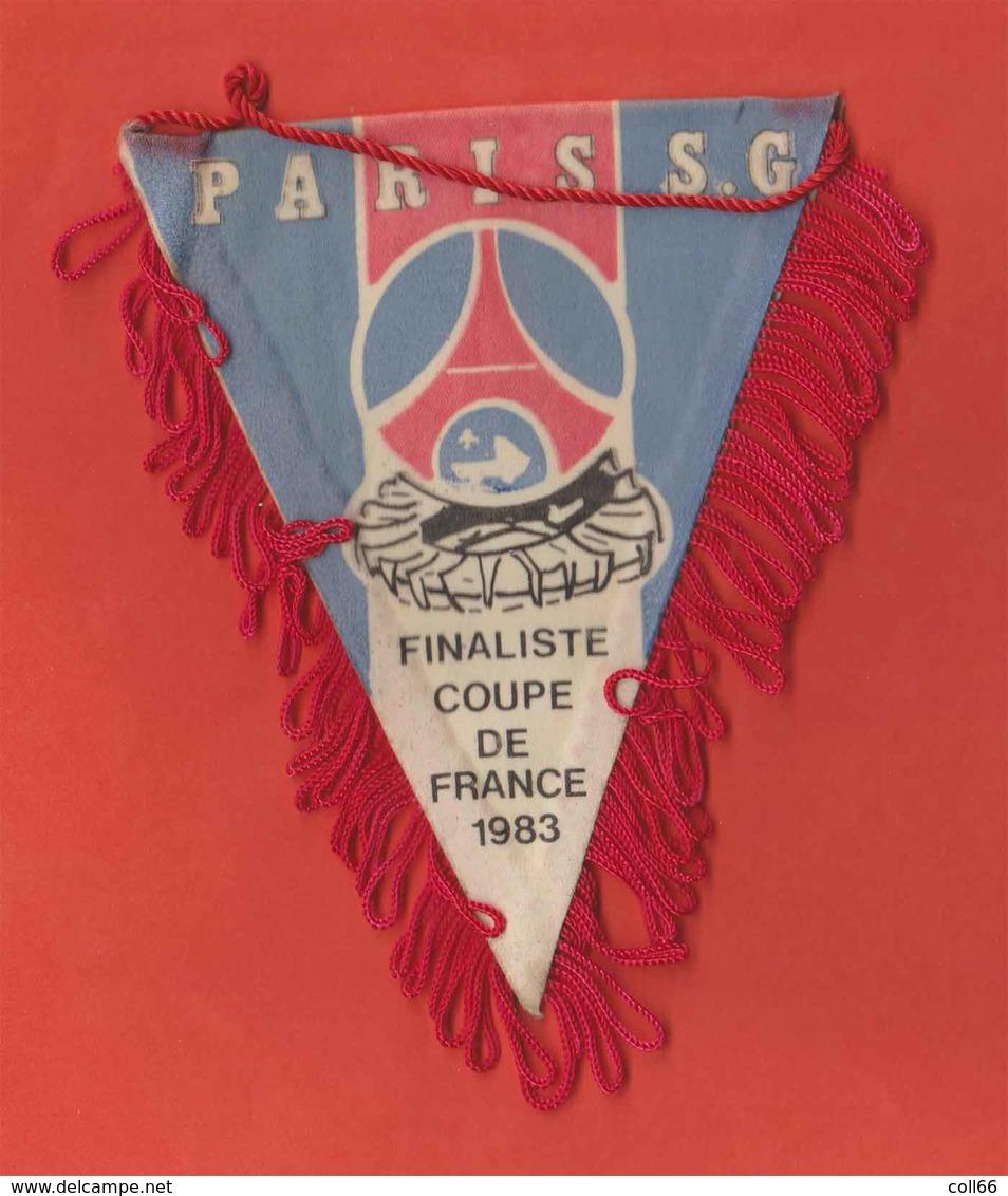 RARE Fanion Foot Foot-ball Ancien PSG Paris St Germain Finaliste Coupe De France 1983 En Tissu 12x9.5cm - Habillement, Souvenirs & Autres