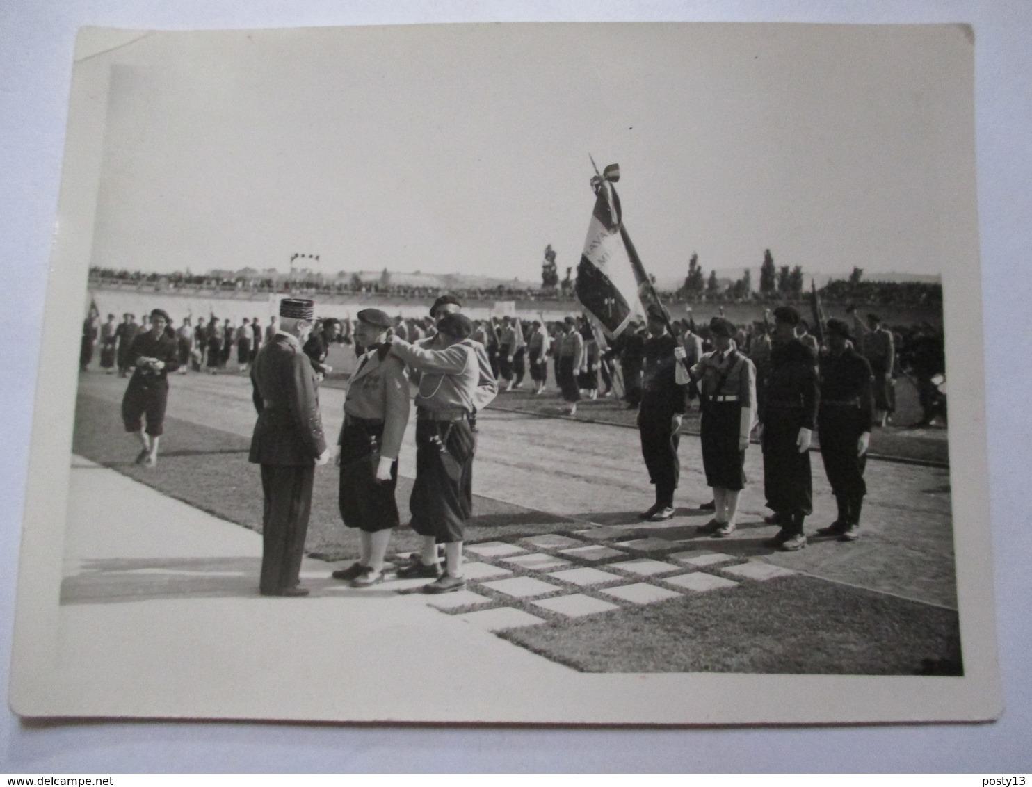 Guerre 39-45 - Régime De Vichy - Photographie Originale Maréchal Pétain -  Remise De Décoration - Miliciens - TBE - Guerre, Militaire