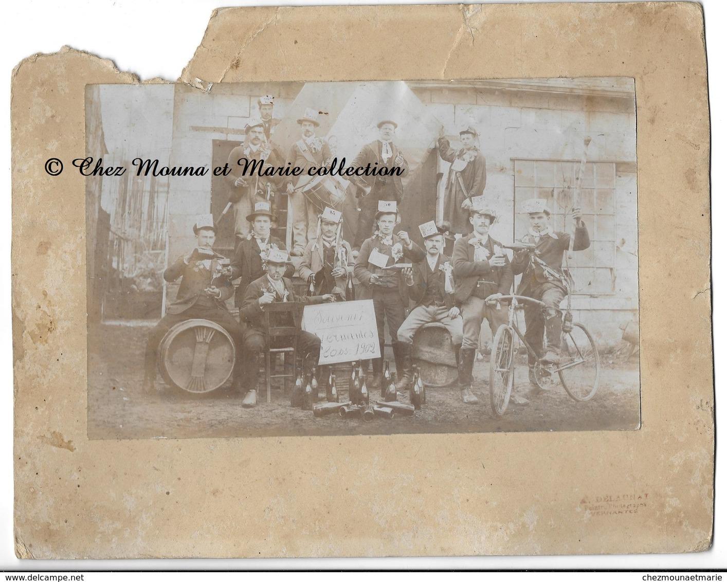 VERNANTES - CONSCRITS CLASSE 1902 NEE EN 1882 - MAINE ET LOIRE - PHOTO 21 X 13.5 CM SUR 26.5 X 21 CM - Personnes Anonymes