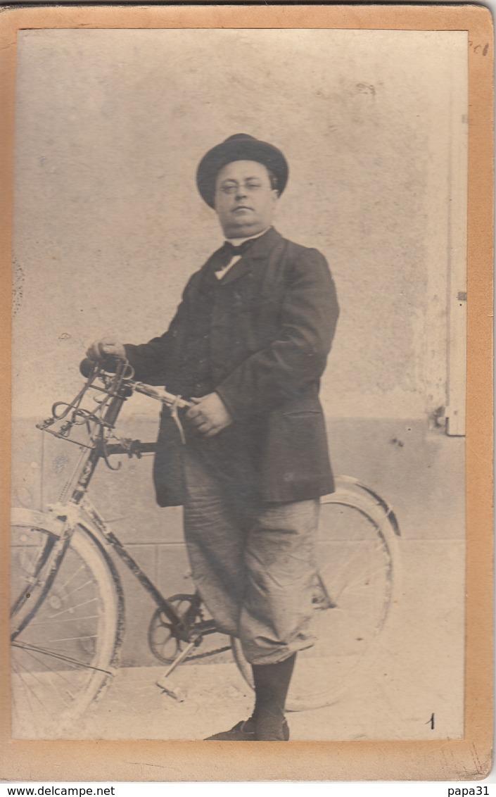 Photo Sur Carton D'un Homme Avec Sa Bicyclette  Devant Le Magasin De Gros  Espinasse En 1905 - Photographie