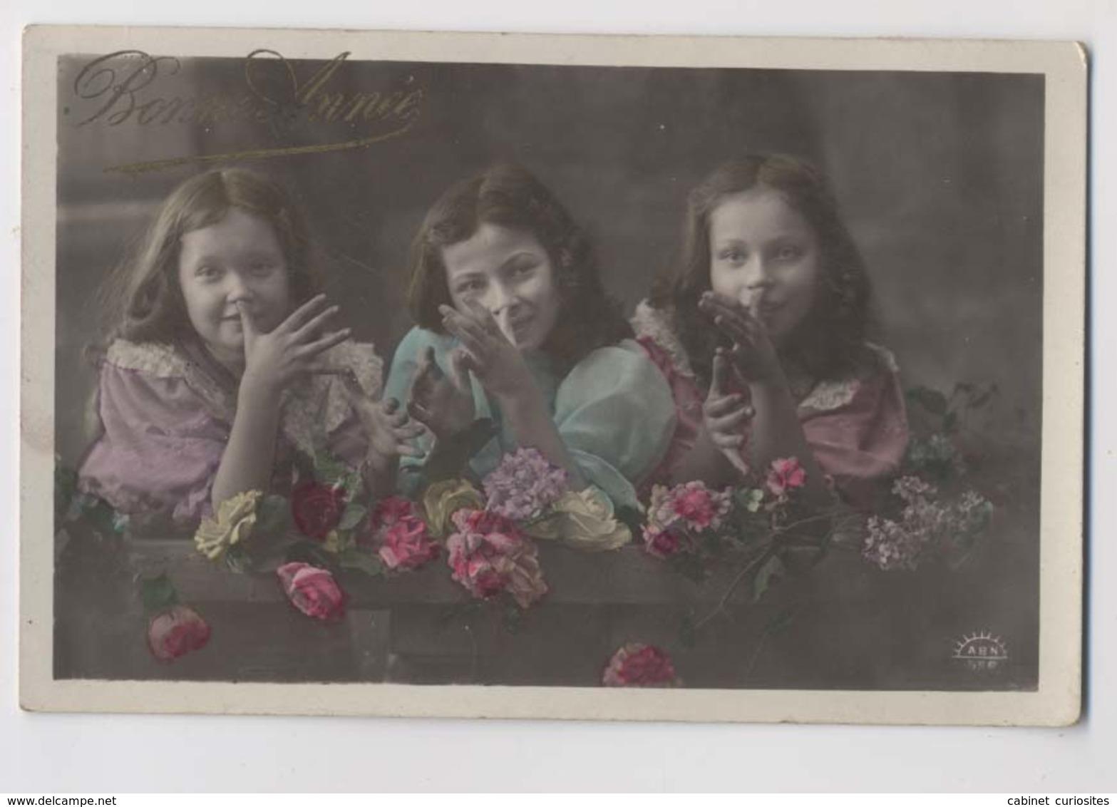 3 FILLETTES - Mains - Bonne Année - Colorisée - Gruppen Von Kindern Und Familien